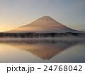 精進湖の朝 24768042
