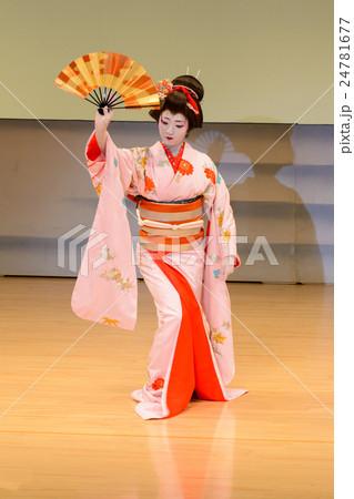 日本舞踊を踊る女性の写真素材 [...