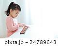 ソロバンをする幼児 24789643