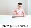 ソロバンをする幼児 24789646