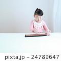 ソロバンをする幼児 24789647