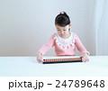 ソロバンをする幼児 24789648