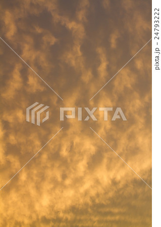 台風接近を告げる雲の色 24793222