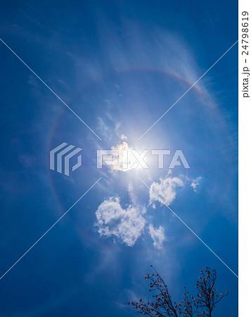太陽の周りにできる虹色の輪 24798619