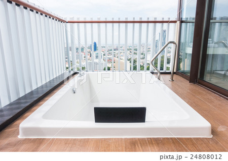 White bathtubの写真素材 [24808012] - PIXTA