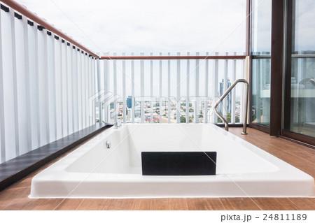 White bathtubの写真素材 [24811189] - PIXTA