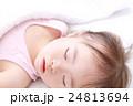 昼寝 眠る 女の子の写真 24813694