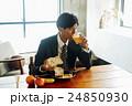 朝食を食べるビジネスマン 24850930