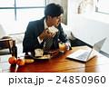 朝食を食べるビジネスマン 24850960