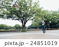 バスケをする男性 24851019