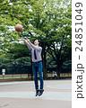 バスケをする男性 24851049