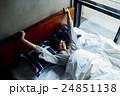 男性ポートレート ベッド 24851138