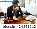 朝食を食べるビジネスマン 24851212