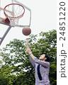 バスケをする男性 24851220