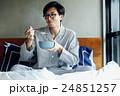 ベッドで朝食を食べる男性 24851257