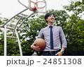 バスケをする男性 24851308