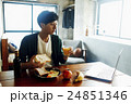 朝食を食べる男性 24851346