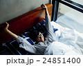 男性ポートレート ベッド 24851400
