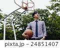 バスケをする男性 24851407