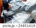 ベッドでくつろぐ男性 24851419