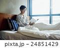 ベッドで本を読む男性 24851429