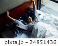 男性ポートレート ベッド 24851436