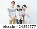 家族 笑顔 赤ちゃんの写真 24852777