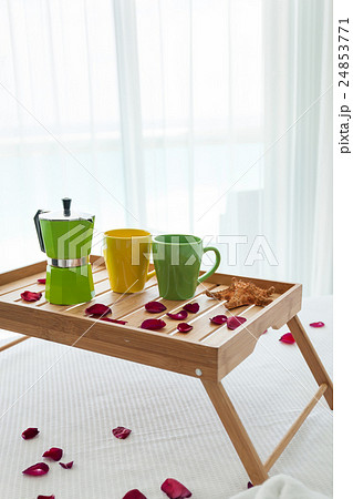 Breakfast tray with coffee on bed decorated rosesの写真素材 [24853771] - PIXTA