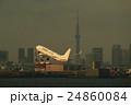 羽田空港を離陸する旅客機と東京スカイツリー 24860084