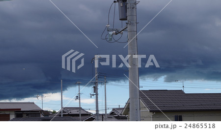 ゲリラ豪雨、雨雲、雲、境目、境界線、青空、空、天候 24865518