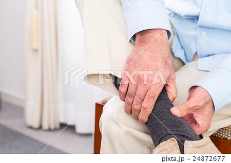 足 足首 挫いた 老人 シニア世代 シルバー世代 おじいちゃん おじいさん 体調不良 不調 病気 24872677