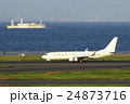 羽田空港を離陸する旅客機 24873716