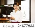 カフェ レストラン 女性の写真 24877988
