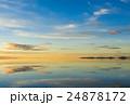 ウユニ塩湖の鏡張り 24878172