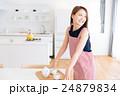 お茶を入れる女性 24879834