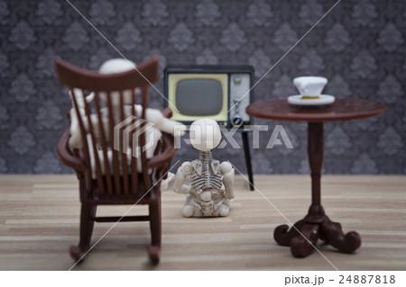 A skeleton and little little skeleton watching TVの写真素材 [24887818] - PIXTA