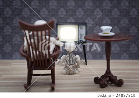 A skeleton and little little skeleton watching TVの写真素材 [24887819] - PIXTA