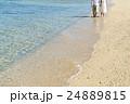 裸足で歩くカップル 24889815