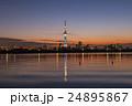 夕焼けに佇む東京スカイツリー 荒川河川敷から 24895867