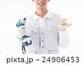 工具と住宅模型を持つ作業員 24906453
