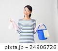 洗剤とバケツを持つ女性 24906726