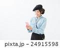 ベレー帽 女性 携帯電話の写真 24915598