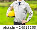 作業服を着ている男性の上半身 自然の背景 24916265