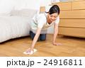 雑巾で床掃除する主婦 24916811