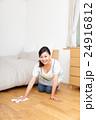 雑巾で床掃除する主婦 24916812