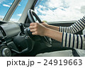 車を運転する女性 24919663