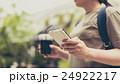 女性 手元 スマートフォンの写真 24922217