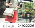 女性 ショッピングバッグ ショッピングの写真 24922226