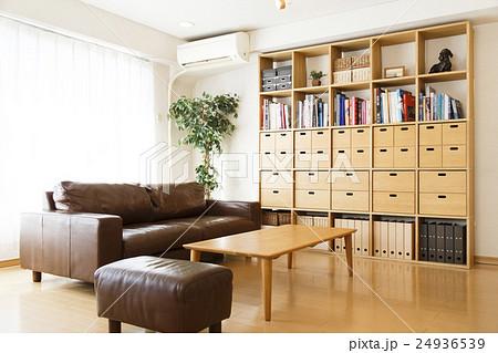 リビング 住まい 住宅 家 住居 リビングルーム 部屋 居間 リビングダイニング 棚 室内  24936539