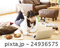 女性 パソコン ライフスタイルの写真 24936575